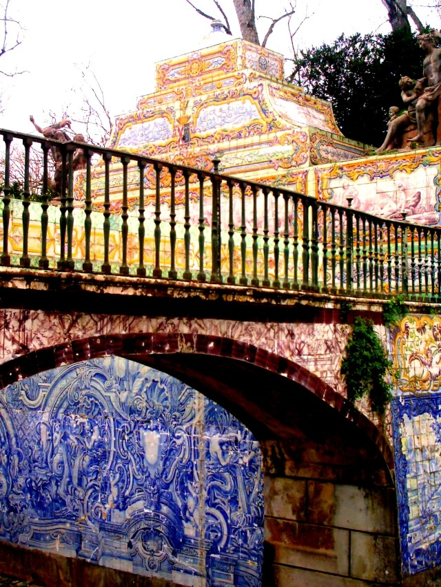 Azulejos lining the canal at Palacio de Queluz