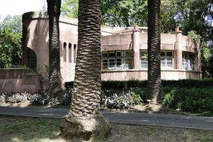 Art_Deco_Building_and_Palm_Trunks_-_Jardim_do_Ultramar_(Botanical_Gardens)_-_Belem_District_-_Lisbon,_Portugal_(4633075739)