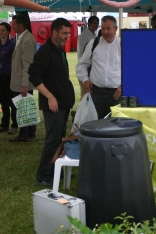 David Hawkyard (Master Composters Coordinator) discussing composting with a show goerw goer
