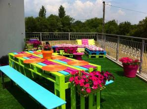I love the vibrancy of this outdoor table made from pallets!
