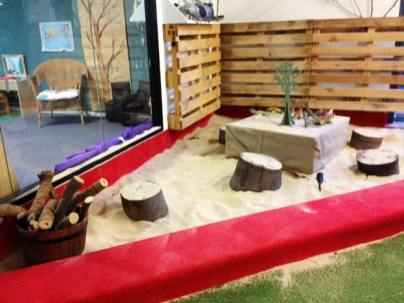 Indoor sandpit with pallet walls via Let the Children play