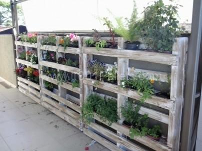 Pallet planter fence