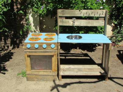 Pallet play kitchen