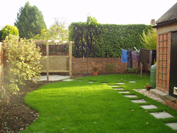 an l shaped garden which has been designed to hide utilities such as washing line and