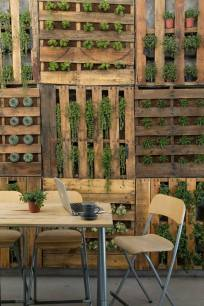 vertical pallet garden by Grupo Arsciniest
