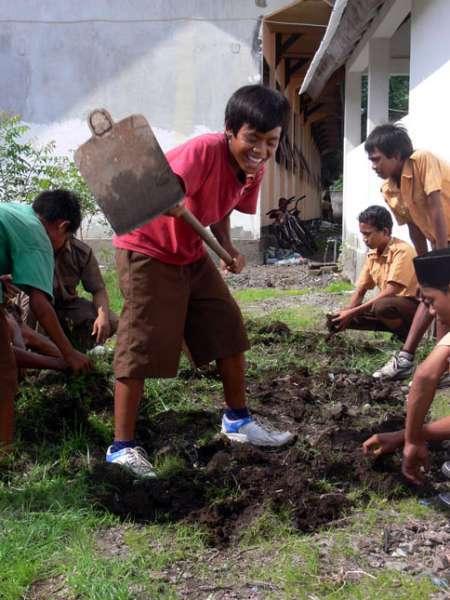 Children_gardening