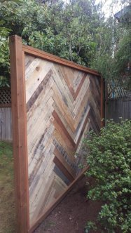 1001pallets.com-backyard-fence-made-with-repurposed-pallets-4-600x1067