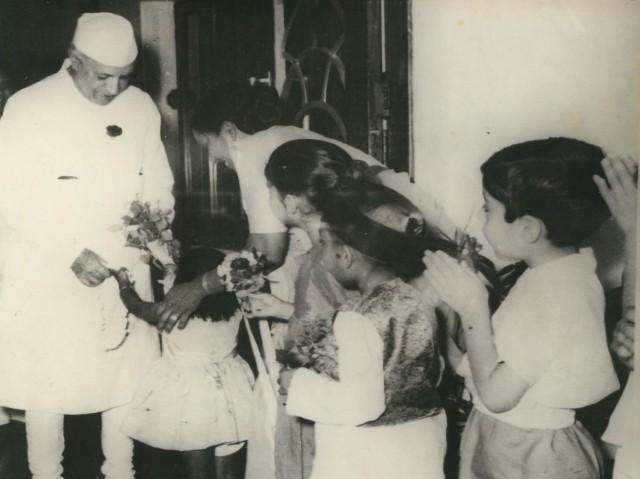 jawaharlal_nehru_with_school_children_at_durgapur_copy
